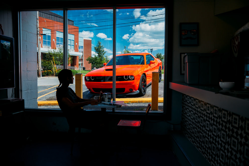 16293_Sdn95y_180603_dh_dodge_bom_challenger_ext_cafe_00017.jpg