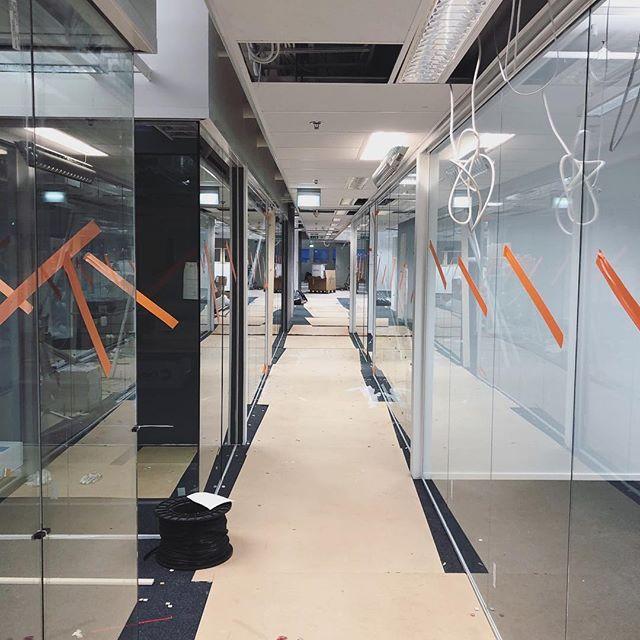 Reilun tuhannen neliön toimitilamuutos Pitäjänmäessä viimeistelyjä vaille valmiina alle kahdessa kuukaudessa 👊🏼 #r4korjausurakointi #rakennusliike #toimitila