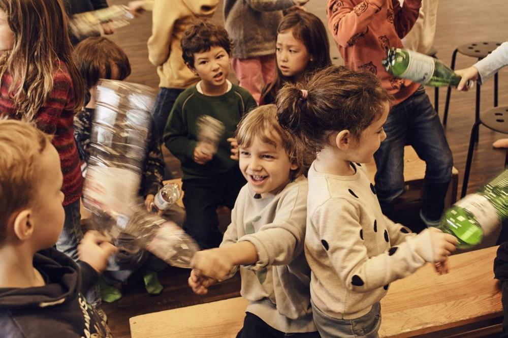 Kindergerechte Tanzchoreographien mit reziklierbaren Materialen für Perkussion und Spass