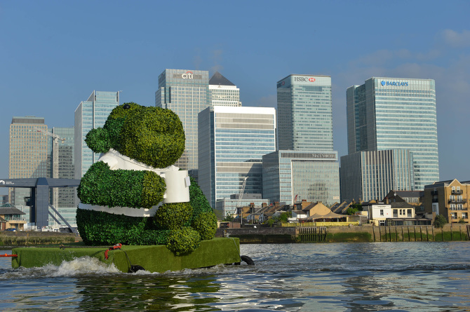 PG-TIPS-GREEN-TEA-ENERGISES-LONDON-WITH-A-GIANT-FLOATING-GREEN-MONKEY-1_670.jpg