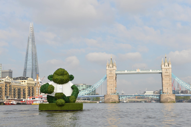 PG-TIPS-GREEN-TEA-ENERGISES-LONDON-WITH-A-GIANT-FLOATING-GREEN-MONKEY-3_670.jpg