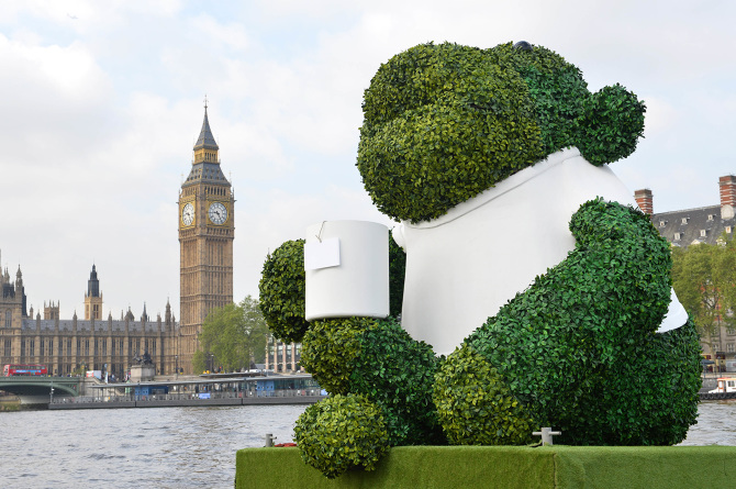 PG-TIPS-GREEN-TEA-ENERGISES-LONDON-WITH-A-GIANT-FLOATING-GREEN-MONKEY-7_670.jpg