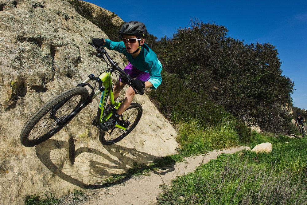 Gevorderd - e-bikers die de basis onder de knie hebben en een stap verder willen gaan.Technische training voor: downhill en uphill. moeilijke bochten met de juiste balans en coördinatie. remmen in moeilijke omstandigheden. de juiste lijnkeuze. obstakels overwinnen.Doelstelling: techniekverbetering en zelfvertrouwen winnen op moeilijke trails.