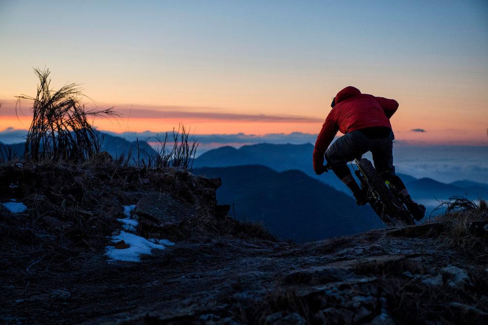 Expert - We gaan op zoek naar je limieten op een full-suspension e-bike.Oefeningen op de moeilijkste trails die het uiterste vragen van fiets en biker aangepast aan je persoonlijk niveau.Drops, uphill-flow met obstakels, stop and go op steile hellingen. de juiste lijnkeuze, techniek en positie om elke bocht zo snel mogelijk te nemen. Tijdens deze sessies wordt je geconfronteerd met verschillende uitdagingen.Doelstelling: Je limieten ervaren en je skills verbeteren met aangepaste oefeningen.