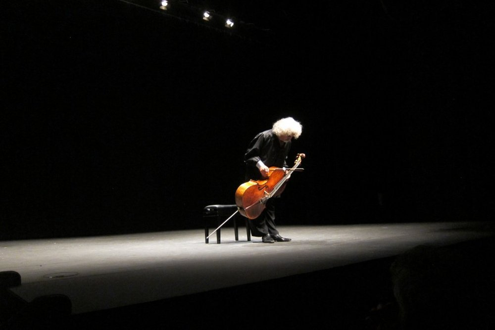 Bowing before the Fifth Suite, in black