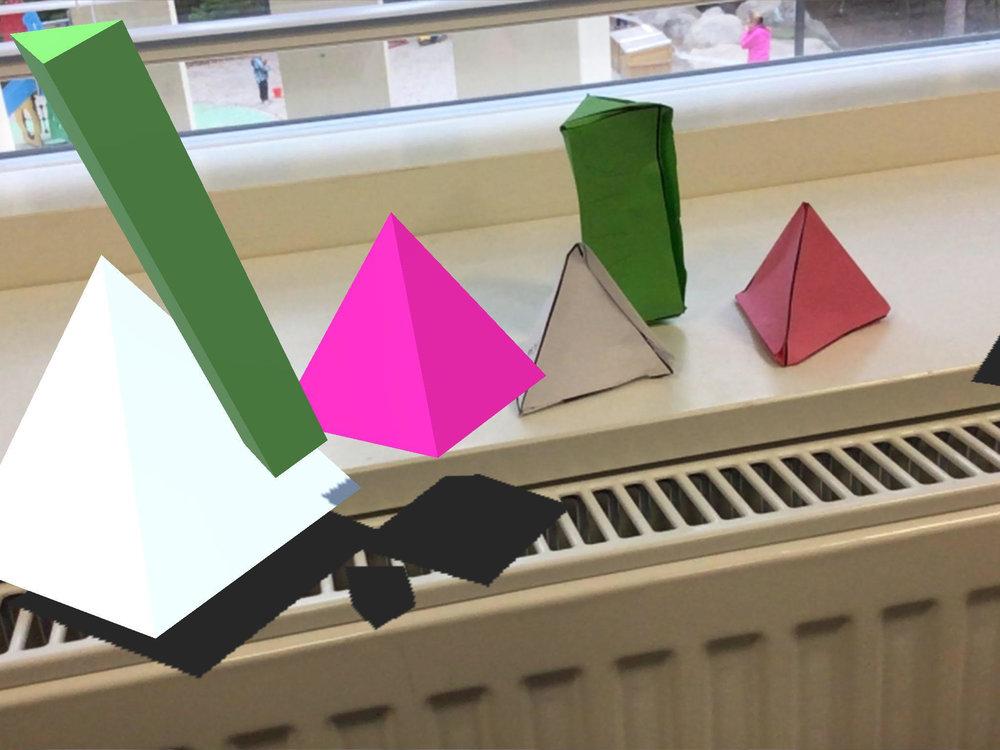 Lapset tutustuivat perusmuotoihin rakentamalla niitä ensin paperista ja sitten etsimällä samoja muotoja 3DBearissa.