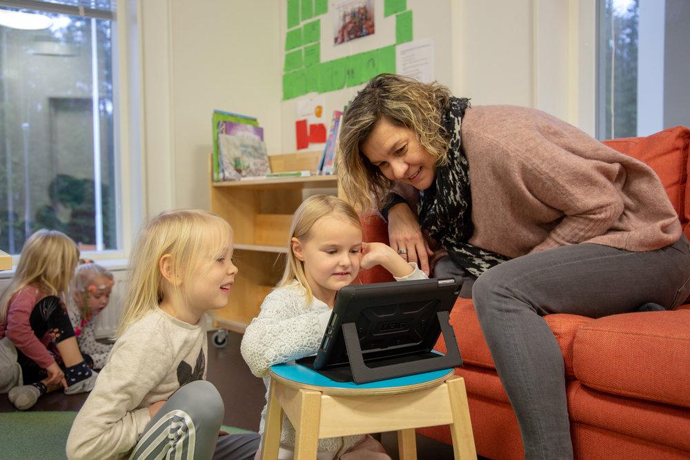 Lapset ja tabletti.jpg