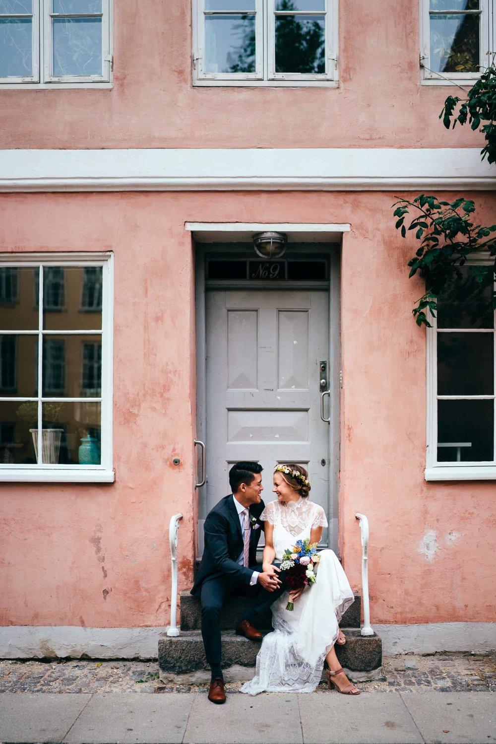 Bryllupsbillede København Fotograf Lyserød bygning.jpg
