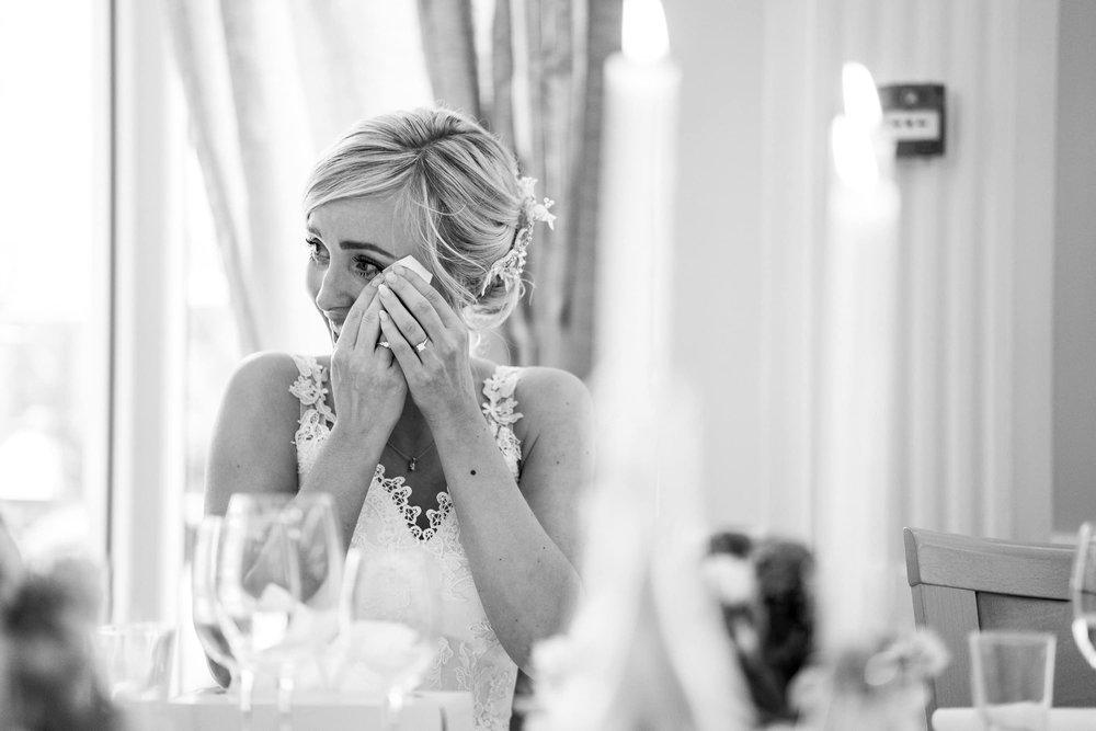 billede-af-brud-der-græder-under-bryllupstalen.jpg