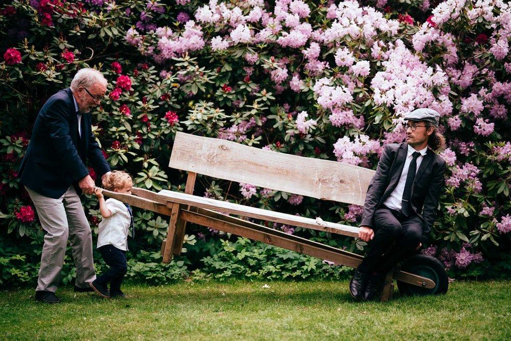 billede-af-bryllupsgæst-på-bænk-comwell-borupgaard.jpg
