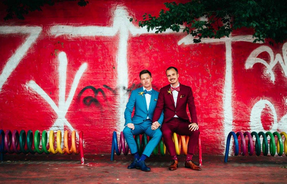 bryllupsfotograf-københavn-homosexuelt par-ved-rød-mur.jpg