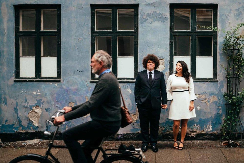 bryllupsfotograf-københavn-par-og-cyklist.jpg
