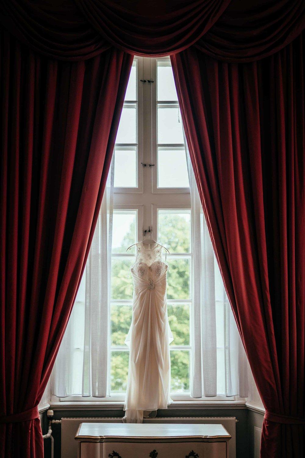 kjole-hænger-i-smukt-vindue.jpg_1.jpg