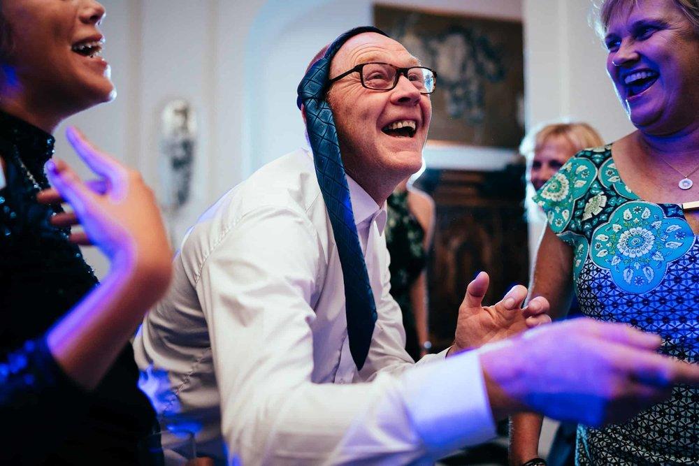 mand-der-danser-med-slips-om-hoevedet.jpg
