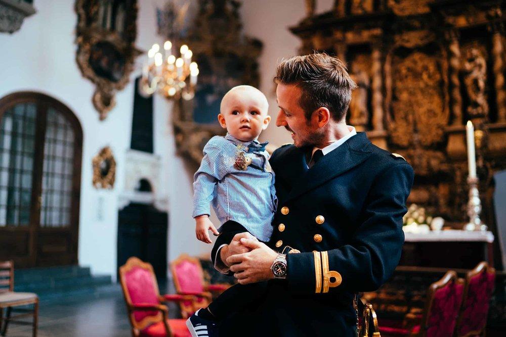 brudgom-i-kirken-med-søn.jpg