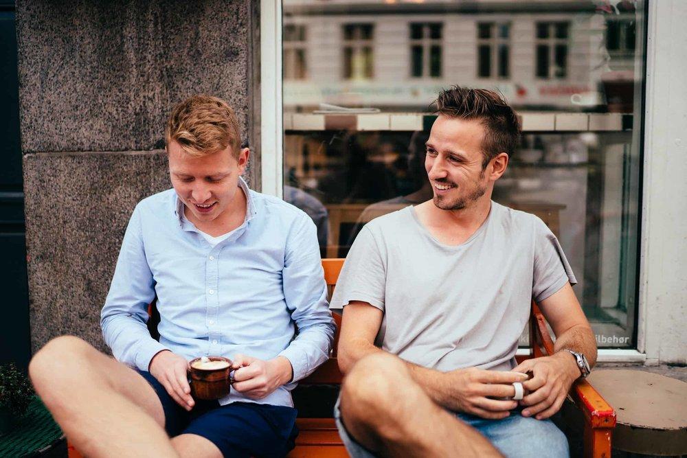 brudgom-og-forlover-drikker-kaffe.jpg