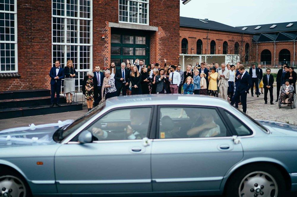 brudepar-ankommer-til-bryllup.jpg