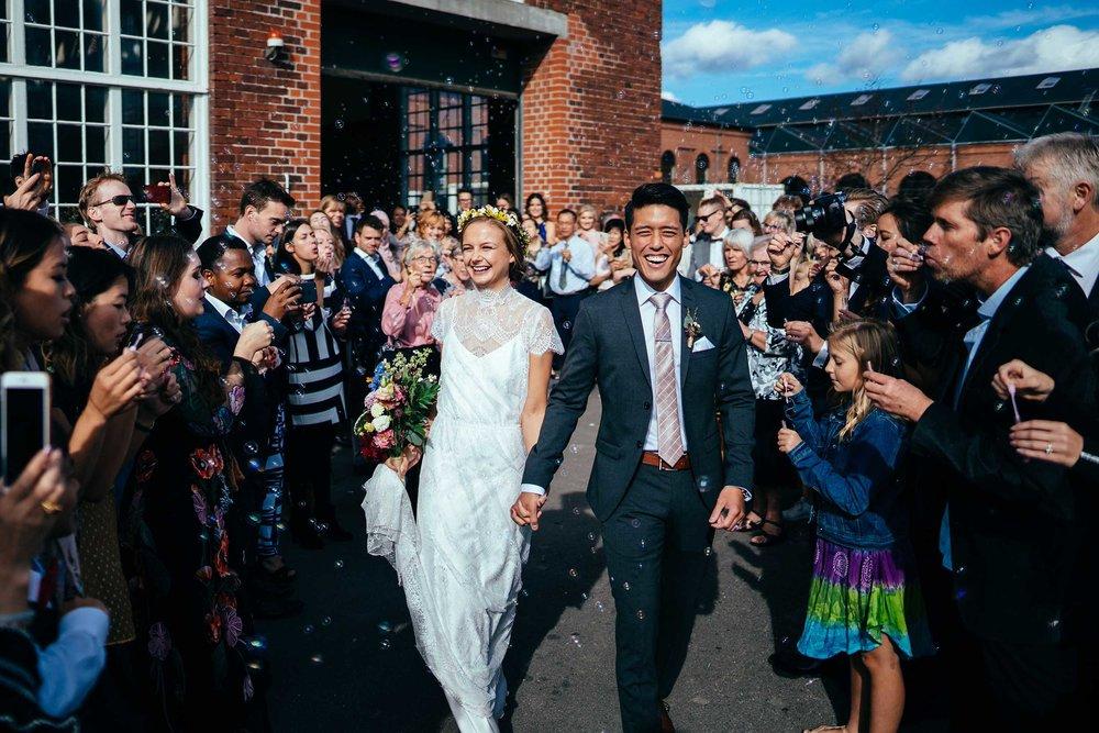 brudepar-bryllup-gæster-puster-sæbebobler.jpg