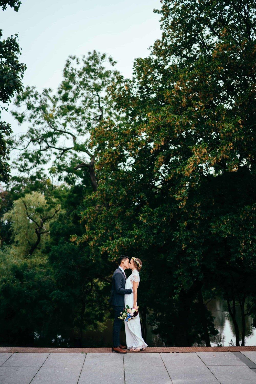 brudepar-bryllupsportræt-ved-ørstedsparken-københavn-bryllupsfotograf.jpg