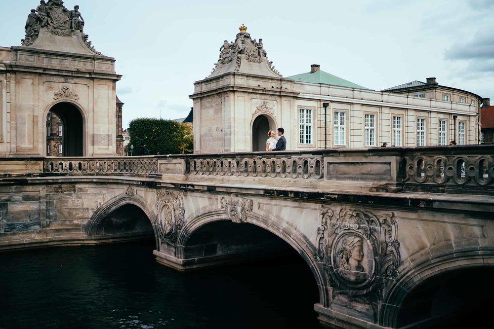 brudepar-på-broen-ved-kanalerne-i-københavn.jpg