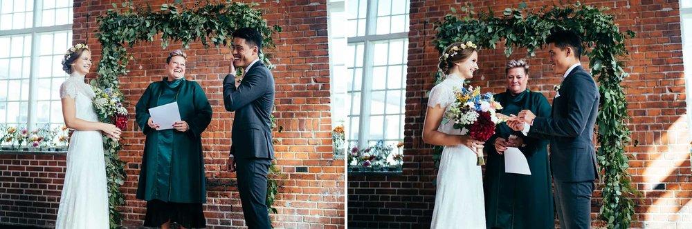 brudgom-putter-ring-på-bruds-finger-bryllupsfotograf.jpg