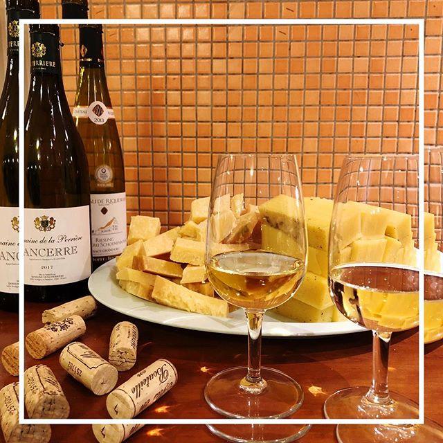 Baccuksen yksi suosituimmista tastingeistä oli jälleen kerran menestys 🤩 Juustoja riitti yllin kyllin ja niitä päästiin yhdistelemään kahdeksan erilaisen viinin kanssa. Ei valittamista 😋👌🏼 #wineandcheesetasting