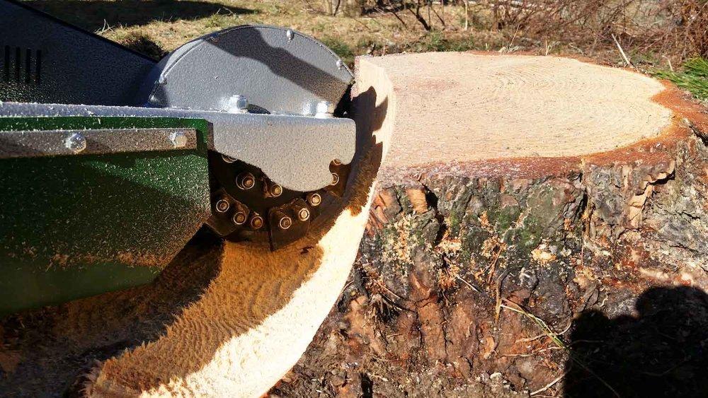 Ta bort stubbe med liten behändig stubbräs inne på en trädgårdstomt