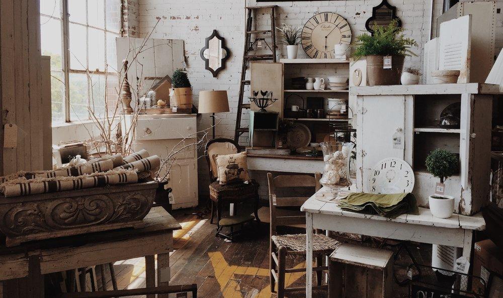Onni on kaupan - Onnion Storessa lähes kaikki on kaupan. Liikkeestä löytyy ainutlaatuisia ja kauniita huonekaluja ja koriste-esineitä, unohtamatta uniikkeja design-kappaleita ja esimerkiksi valaisimia. Kahvilan kauniit ja huolella valitut astiat ovat kaupan, kuin myös pöytäryhmät ja istuimet joilla kahvia nautitaan. Valikoimassa on myös tarkoin valikoituja ihania jälleenmyyntituotteita kotimaisilta pienyrittäjiltä. Ja jotain pientä kivaa kauempaakin maailmalta!