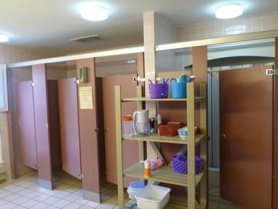 女子寮の中(シャワーとトイレ)