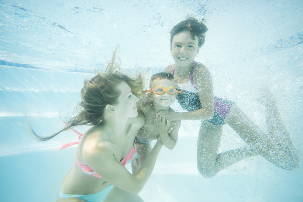 happy-family-swimming-underwater-mother-son-and-PNVEJUU.jpg