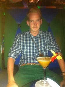Casper Blom drikker drink på Burj El Arab i Dubai