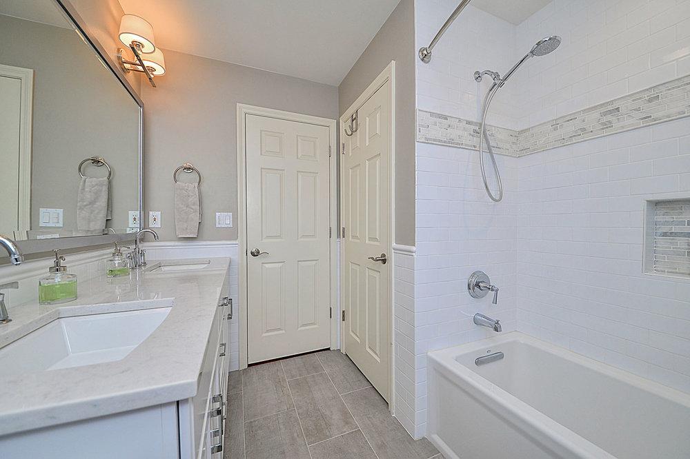 Ideas-Tile-Cabinet-Granite-Quartz-266-Bathroom-Remodeling-Naperville_Sebring-Services.jpg