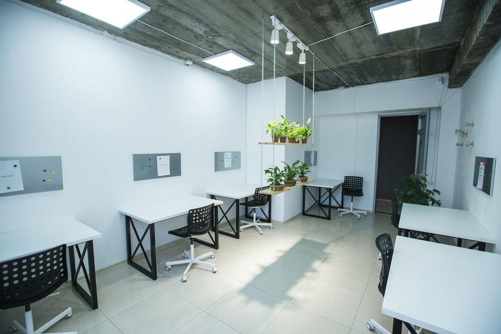 Месячный абонемент - • Закрепленное рабочее место Тумбочка, закрывающаяся на ключ•24/7• Wi-Fi• Кафетерий• Переговорная - 300 KGS в час8 000 KGS