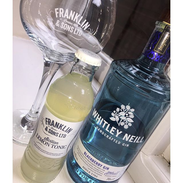 💙NEW💙  BlackBerry Gin by @whitleyneillgin 😍🤤 the perfect way to get you through the weekend💙  Served with @franklinandsons Sicilian Lemon Tonic, fresh blueberries and mint leaves🍸  #gin #whitleyneill #blackberry #weekend #drinks #g&t #ginandtonic #franklinandsons #flavouredgin #pub #love