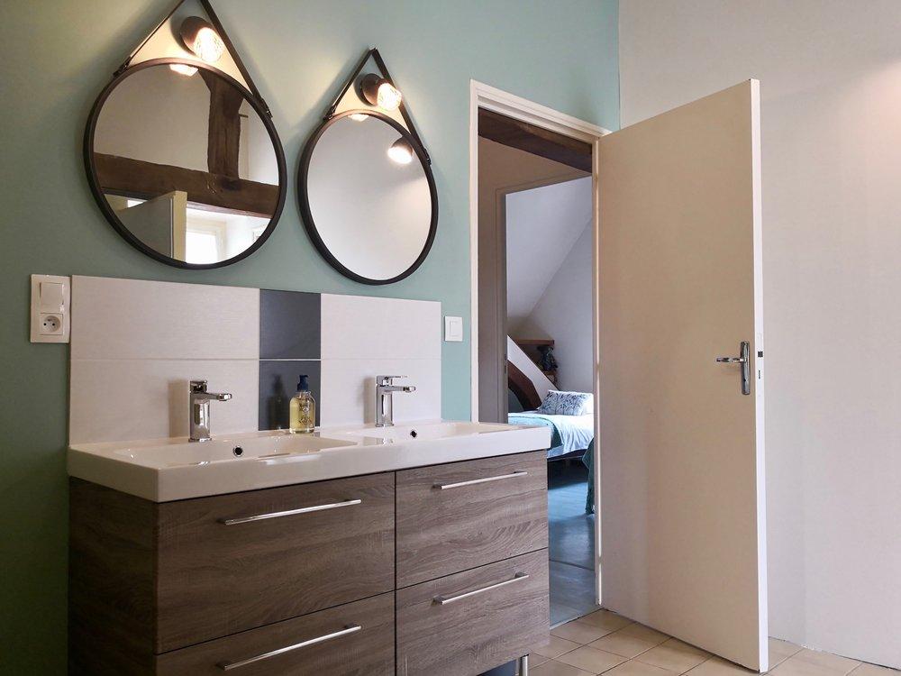 La-Maison-Bleue-dAnjou-Golf-salle-de-bain-à-létage.jpg