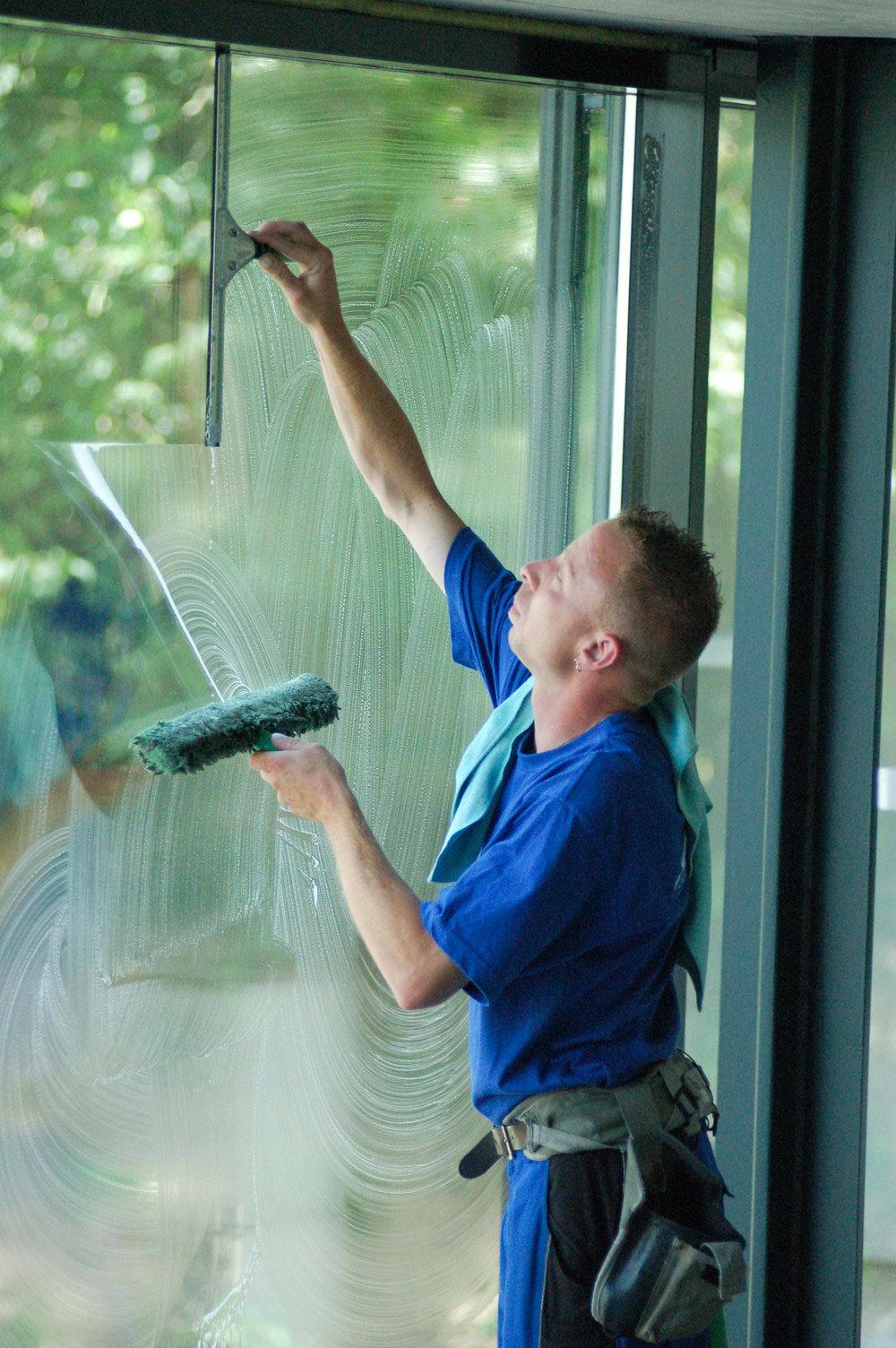 Aktuell - Wir suchen zeitnah Unterstützung in der Glasreinigung (m/w/d). Erforderlich sind:• Führerschein Klasse B• Erfahrung in der Glasreinigung (hauptsächlich gewerblich aber auch privat)• sicherer und problemloser Umgang mit Leiterarbeiten bis zu max. 7m Arbeitshöhe• Erfahrung im Umgang mit dem Reinwasserverfahren (Stangenteleskopsystem)• Kundenfreundliches Auftreten• FlexibilitätKontakt unter:info@wilmsberg-campus.de02552 / 702 327