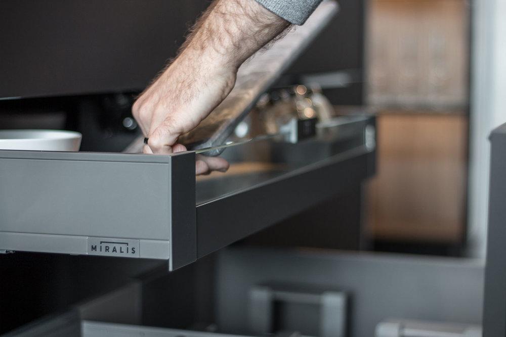 Legrabox - Tiroir profilé mince et facade vitrée standard dans tous les cabinets.