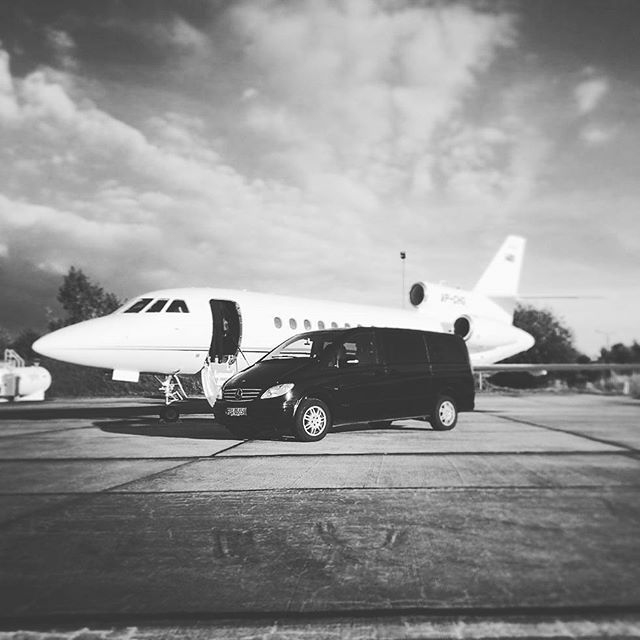 #courier #delivery #privatejet #movingartanddesignforward #MoveArtDesign