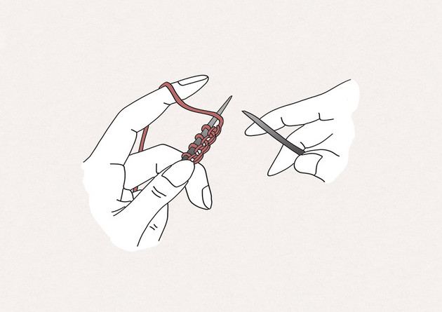1/ Amenez le fil de la pelote devant l'aiguille gauche