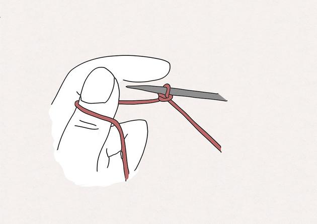 1. Commencez par réaliser un nœud coulant sur l'aiguille. Tenez ensuite votre aiguille et le fil de la pelote dans la main droite. Tenez l'autre brin du fil dans le creux de votre main gauche, puis enroulez le fil derrière votre pouce gauche.