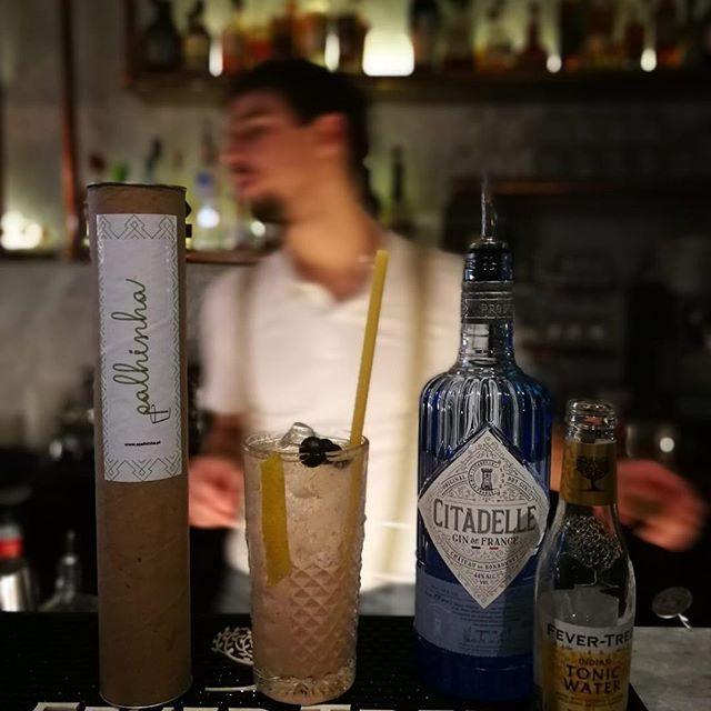 O fim de semana está aí. Se procuras onde ir jantar ou beber um copo, passa no @restaurantehifen em Cascais com um vista fantástica sobre a baia. E claro, podes saborear a tua bebida com a Palhinha de massa comestível. 💪💪💪🌍🌍🌍 ________________________________________ Weekend is there. If you are looking for a spot to dinner or drink, go to HÍFEN in Cascais with an amazing view over the bay. And of course, you can have your drink with the Palhinha edible straw. 💪💪💪🌍🌍🌍 . . . . . . #palhinha #palhinhademassacomestivel #straw #pastastraw #noplastic #plasticfree #world #betterworld #mundo #mundomelhor #semplastico #zeroplastic #apalhinha #nostraw #m0p #movimentozeroplastico #nostraw #sempalhinhas #turtle #turtles #bird #birds #seagull #seagulls #earthfriendly #amigadomundo #hifen #lisboa #lisbon #restaurantehifen