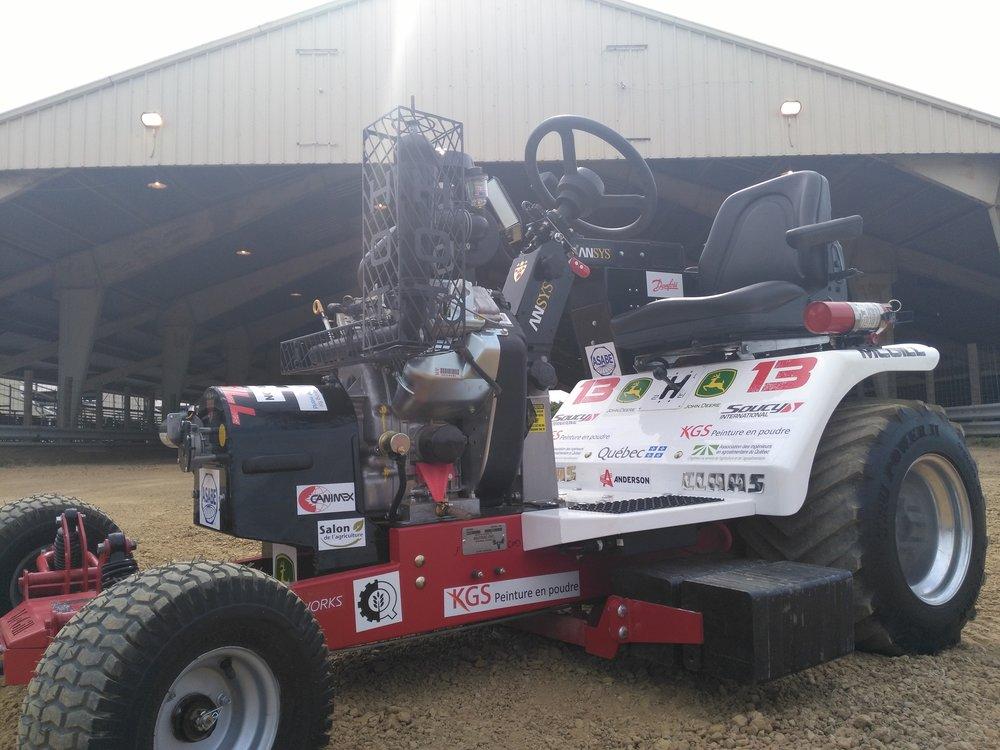 Les logos des commanditaires de niveau or et platine sont affichés sur le tracteur à la compétition.