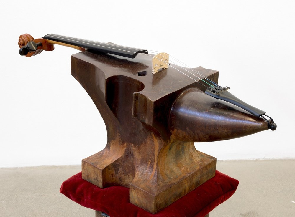 """Anvil Study #3 (Lyre's Paradox) , 2018  Acier, bois, composants de violon, velours, sable, son potentiel, 25"""" x 9"""" x 34'"""" (Détail)."""