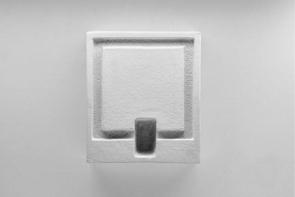 Cell , 2013  Édition de 5 Poterie de terre cuite issue de moules de coulage avec cire pigmentée 7 x 25 x 29 cm      Crochet de bois : 8 x 4 x 1.5 cm