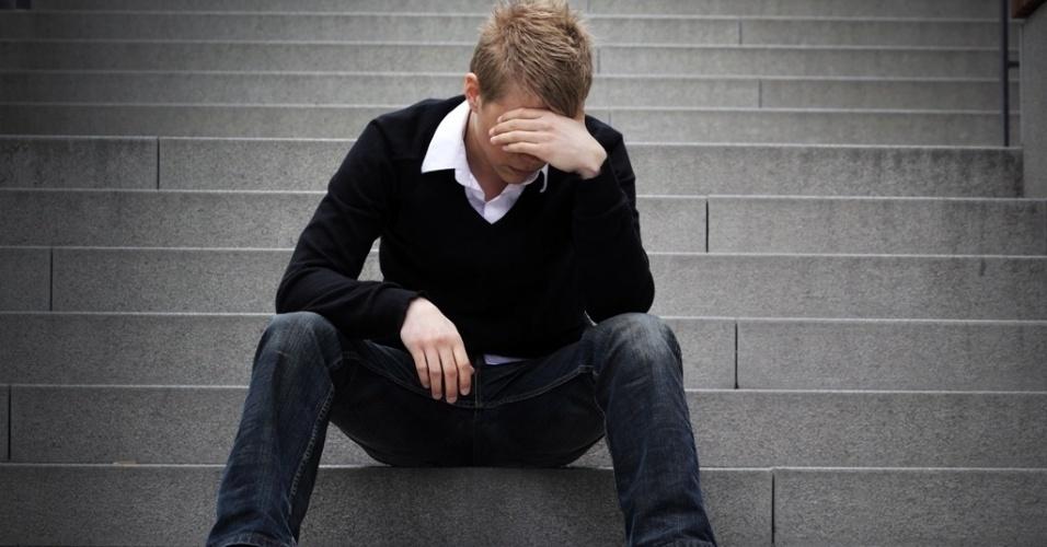 87ff5-rapaz-jovem-homem-triste-tristeza-crise-desemprego-depressao-depressivo-remedio-calmante-psicologo-emocao-desapontar-perda-choro-chorar-emprego-etapa-estudante-fracasso-comportamen.jpg