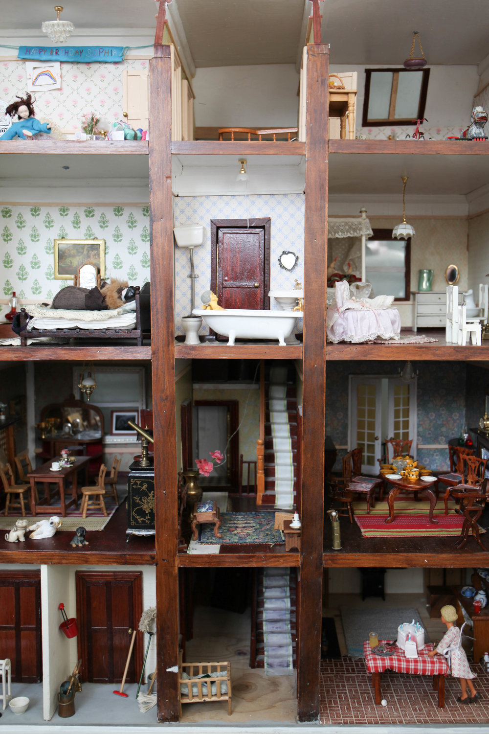 Spit spot: [Doll's house, made by Ron Hickman as a gift to his wife, Betty, in c. 1980]