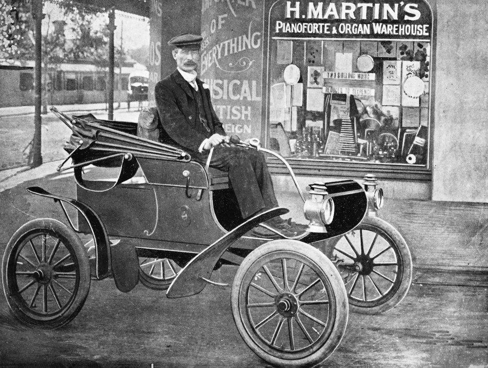 Oldsmobile (5 H.P., 2 cyl.) owned by H. Martin, Esq.