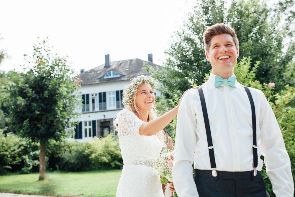 First Look - Die erste Begegnung zwischen der Braut und dem Bräutigam ist häufig der emotionalste und intimste des Tages. Diese Sekunden des Glücks sollten genossen und festgehalten werden. In erster Linie geht es dabei um euch. Ihr solltet euch also überlegen, wie ihr diesen Moment gestalten wollt. Ob beim Einzug in die Kirche, bei einer freien Trauung, oder beispielsweise fernab allen Trubels einfach nur zu zweit. Auch hierbei ist es eine meiner Stärken euch nichts eurer Intimität dieses besonderen Momentes zu nehmen.