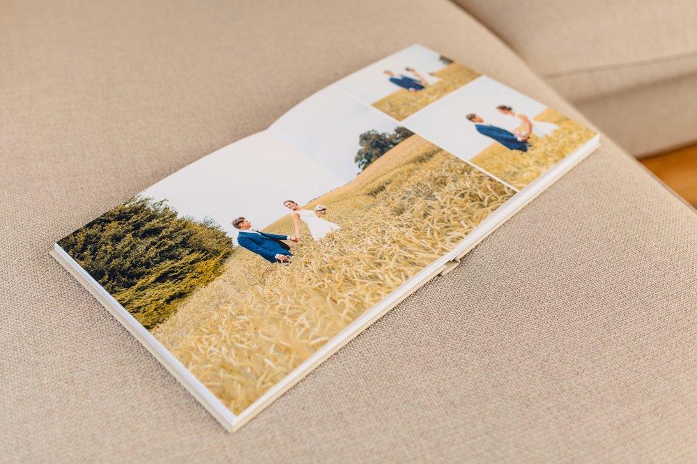 Fotobücher - In Zeiten der digitalen Medien ist es besonders wertvoll Fotos in ungeahnter Qualität zum Anfassen in der Hand zu halten. Die schönste Form dafür ist ein Fotobuch, das die Geschichte eures Hochzeitstages erzählt. Ihr könnt zwischen Fotobüchern unterschiedlicher Qualitäts-und Preisklassen wählen, damit für jeden Geldbeutel etwas dabei ist.