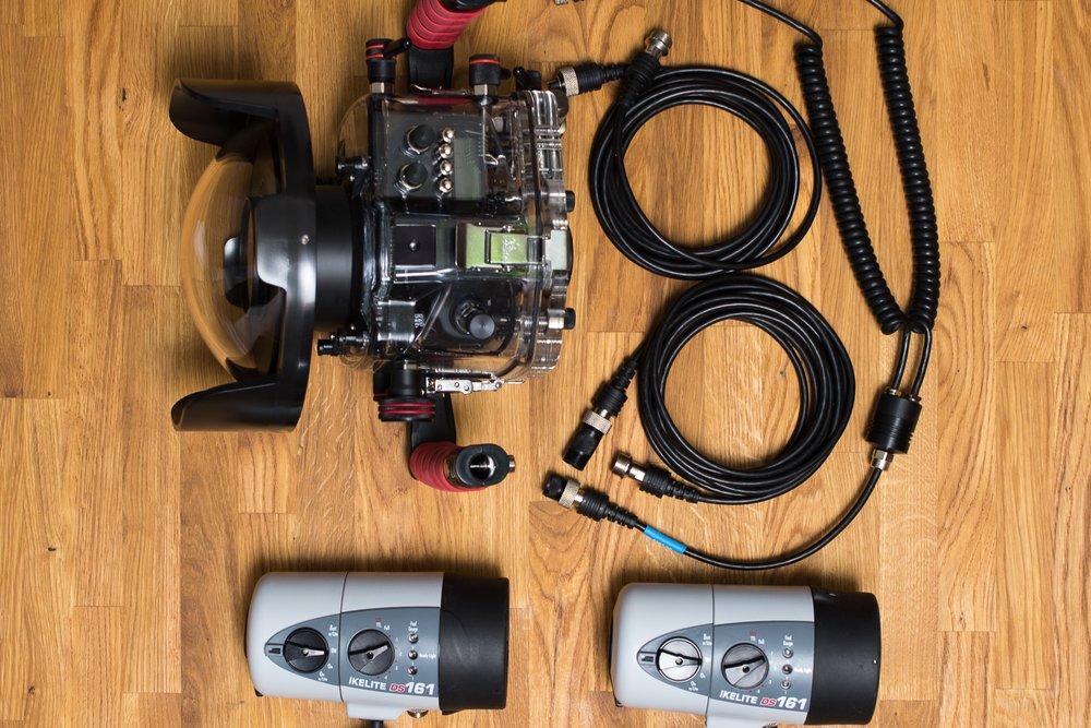 Unser Equipment - Um euch unter Wasser bestmögliche Qualität gewährleisten zu können, arbeiten wir mit einem professionellen Unterwassergehäuse für unsere vollformat-Spiegelreflexkamera.Ergänzt durch leistungsstarke, speziell für den Unterwassereinsatz entwickelte Blitze haben wir die Möglichkeit unser eigenes Lichtsetup im Wasser aufzubauen, genau wie im Fotostudio.Dadurch kreieren wir unseren außergewöhnlichen und kreativen Bildlook.